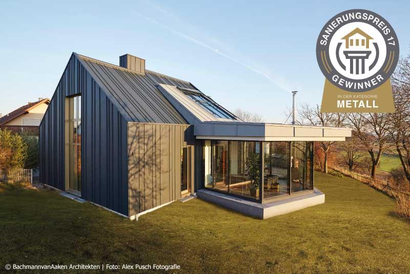 Modernisierung eines Einfamilienhauses mit Metallfassade und Anbau