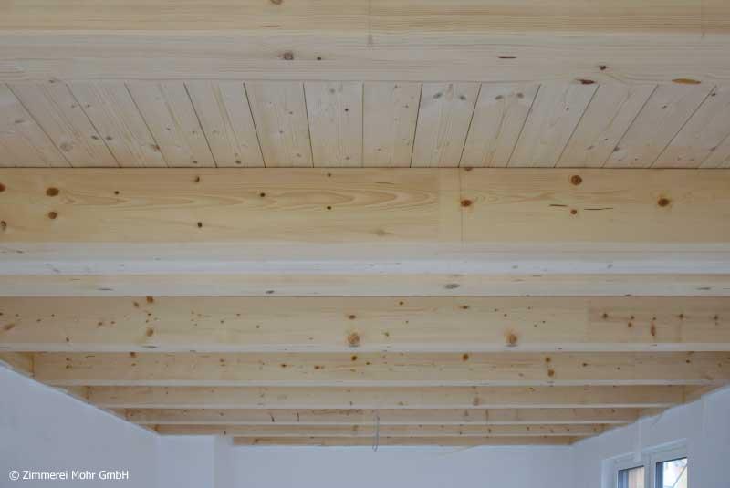 Sichtbare Holzbalkendecke in den Wohnräumen