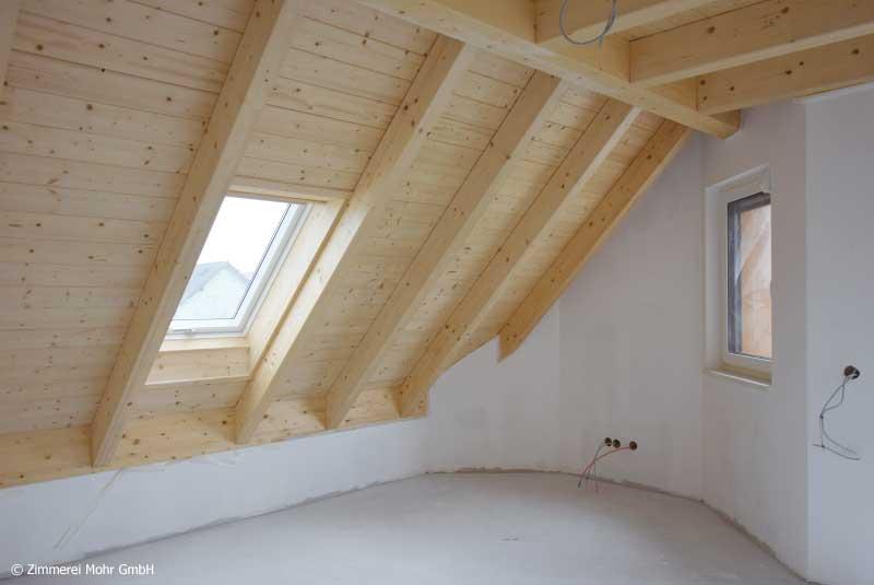 Schlafzimmer mit Sichtdachstuhl im Dachgeschoss