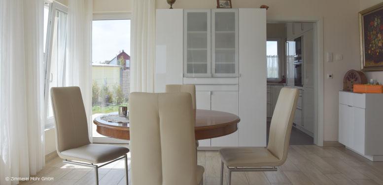 Homestory Bungalow CLASSIC - Offener Essbereich mit rundem Holztisch